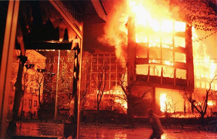 Пожар, вызванный бомбардировками самолетами НАТО. Фото Yannis Kontos/Sygma via Getty Images