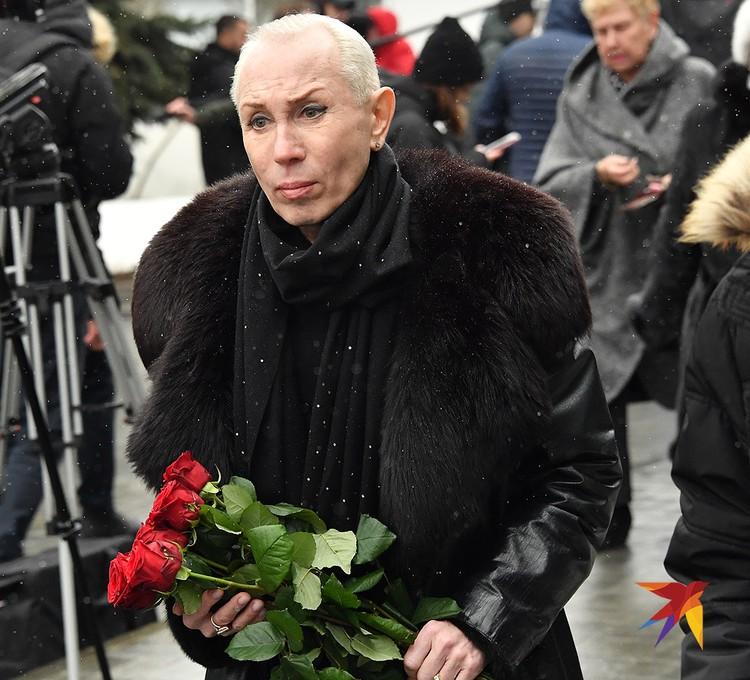 На прощание с Юлией Началовой Александр Песков принес алые розы.