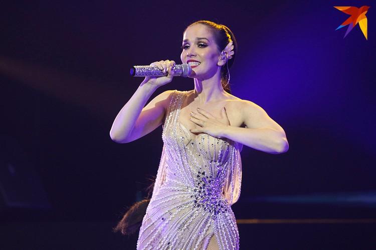 Когда концерт закончился, артистка еще пятнадцать минут не уходила со сцены.