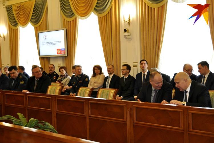 Вся политическая элита области собралась сегодня в одном зале.