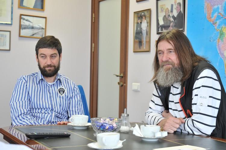 Путешественник Федор Конюхов с сыном Оскаром Конюховым (слева) в редакции `Комсомольской правды`.