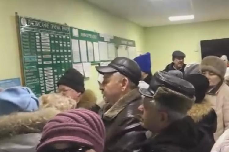 Очередь в ковдорской поликлинике шокировала Андрея Чибиса. Чиновникам придется держать ответ и за это, и за медицину в целом. Фото: Блогер51