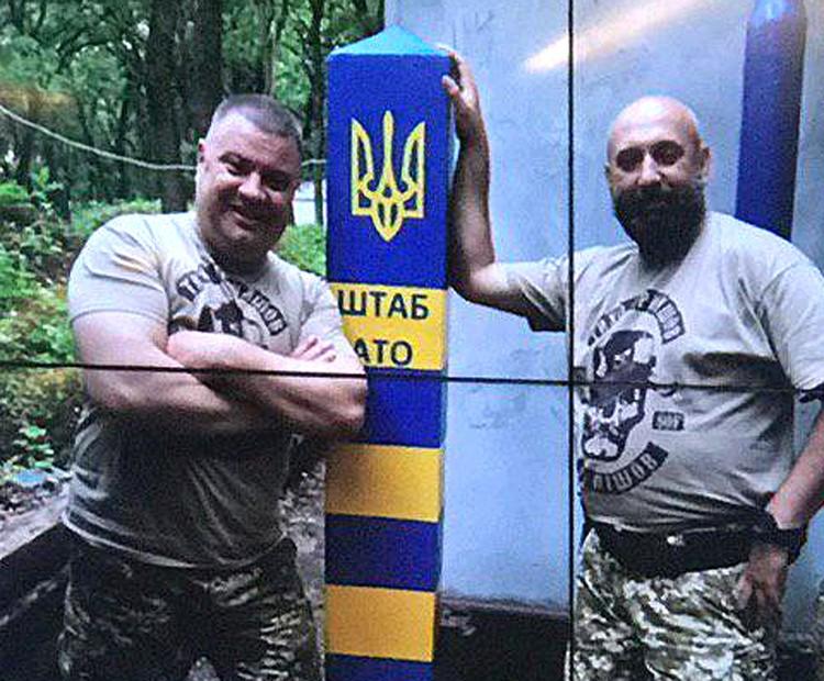 Одна из фотографий, показанных во время пресс-конференции: Василий Прозоров (слева) и замкомандующего ССО ВСУ Сергей Кривонос.