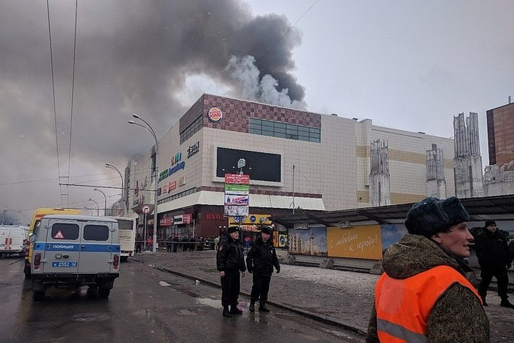Пожар на четвертом этаже торгового центра начался в воскресенье, в 16.00. В «Зимней вишне» было много детей, которые отмечали начало каникул