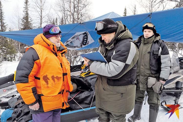 Гляциолог Виктор Поповнин (слева) беседует с сотрудником прокуратуры Андреем Курьяковым.