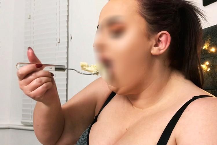Есть люди, которые готовы платить деньги за то, что девушка на камеру просто ест.
