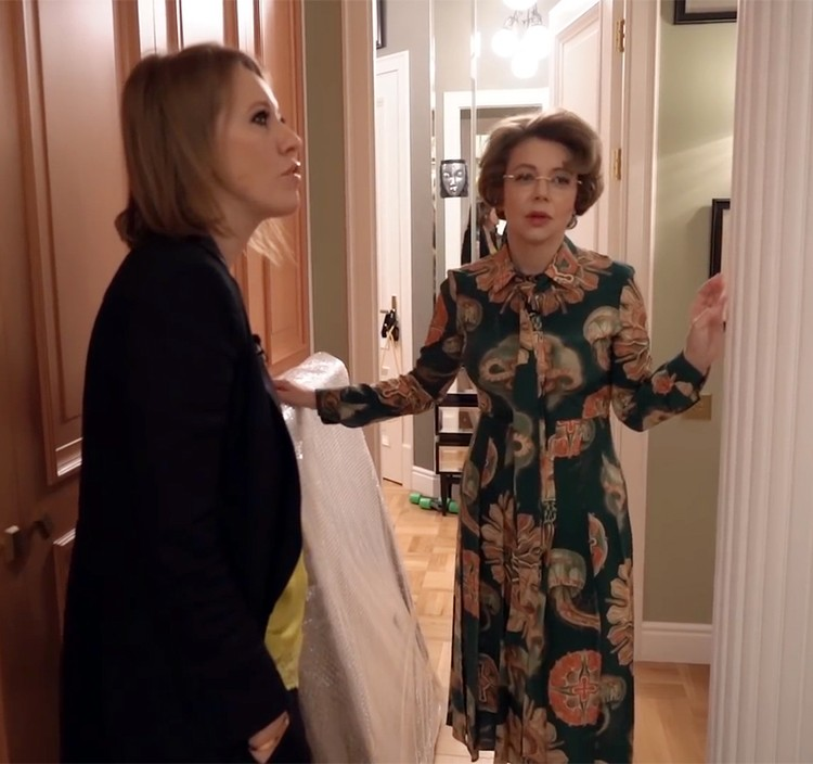 Безутешная вдова в цветастом платье и с новой прической провела гостью по большой квартире