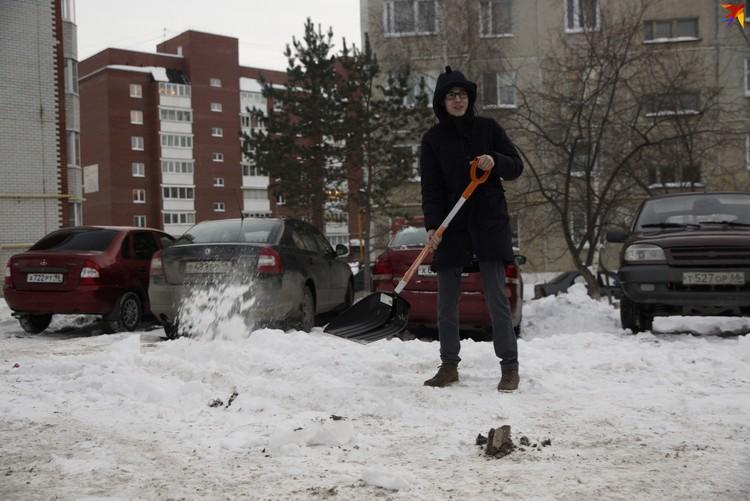 В качестве обязательных работ Влад убирал снег в Березовском