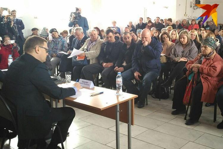 Врио губернатора Челябинской области Алексей Текслер встретился с жильцами дома.