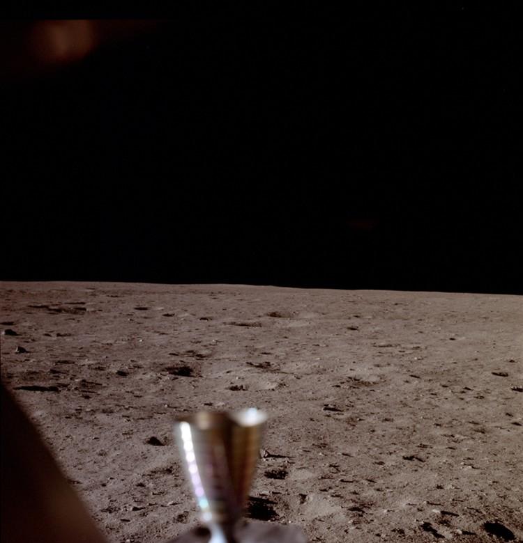 В NASA уверяют, что это первый снимок, сделанный сразу после прилунения. Снимал Армстронг из окна посадочного модуля. В каталоге NASA этот исторический снимок значится под номером AS11-37-5449.