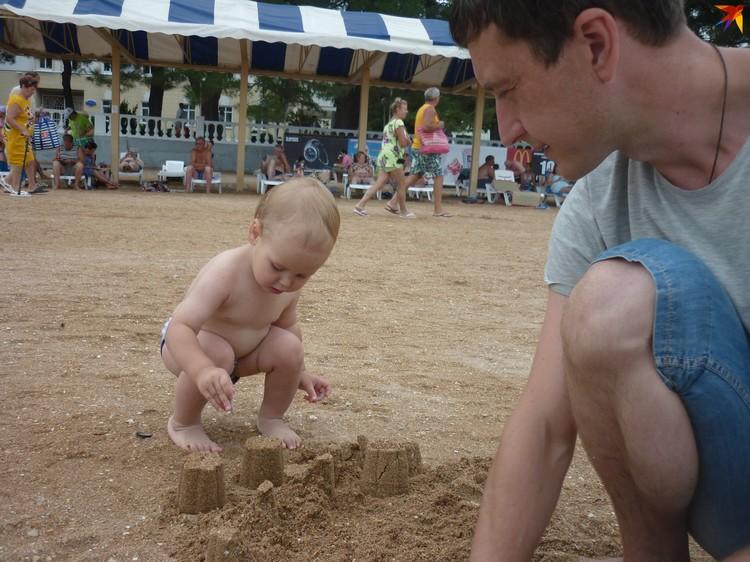Детям нужна манипулятивная игра. И это совсем не то же самое, когда ребенок смотрит, как другой человек манипулирует предметами или строит из песка. Фото: Ульяна УСТЮКОВА