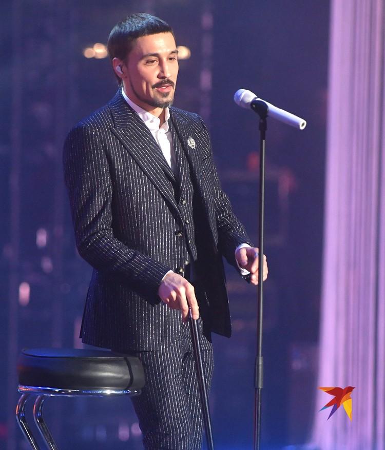 Дима Билан впервые после сложной операции на ноге появился на публике. Артист передвигался с помощью трости.