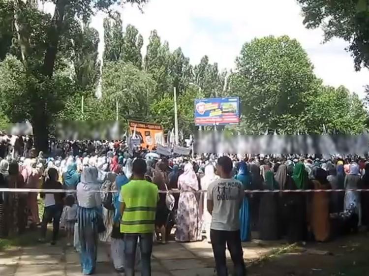 """Митинги охраняла так называемая """"шариатская полиция"""" в светоотражающих жилетах. Фото: скриншот YouTube"""