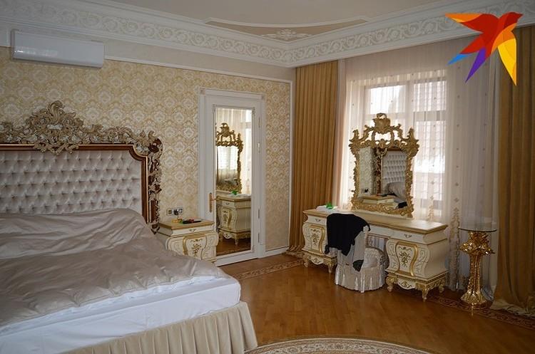 "Спальня чиновника в стиле ""дорого-богато""."