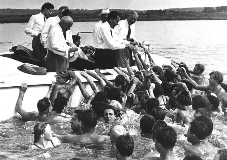 Будущий президент США Ричард Никсон (в лодке второй справа) и Никита Хрущев приветствовали участников заплыва по Москве-реке