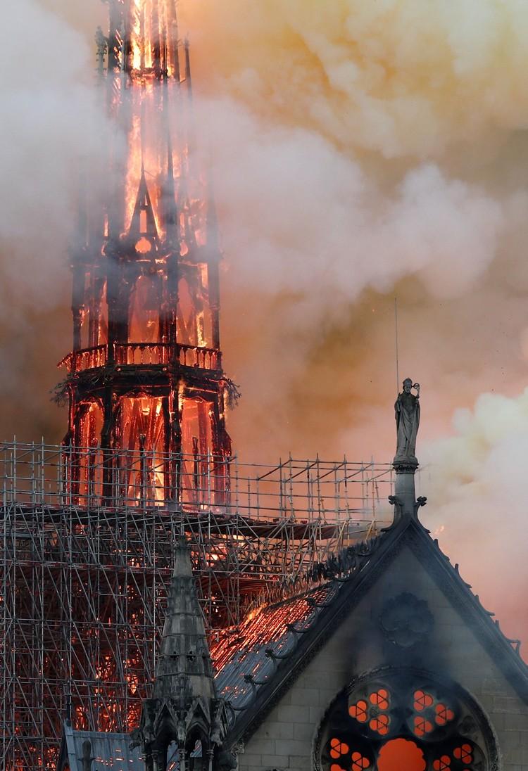 Обрушившийся шпиль собора Нотр-Дам-де-Пари.
