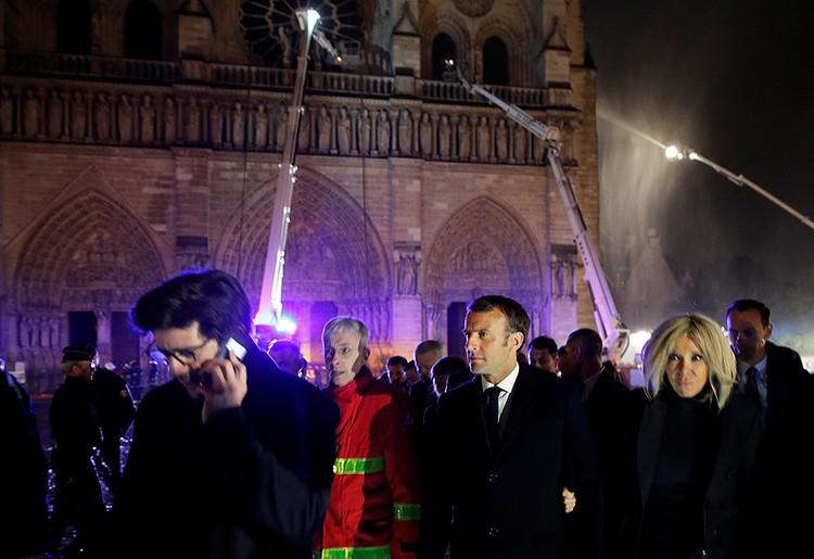 Первым в собор во вторник вошел президент Франции Эммануэль Макрон с супругой