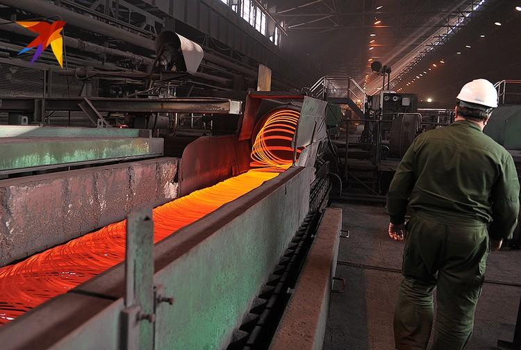На Макеевском металлургическом заводе прокатные станы работают круглые сутки - изготавливают арматуру и проволоку-катанку. Уже год выпуск продукции увеличивается - в России строительный бум.