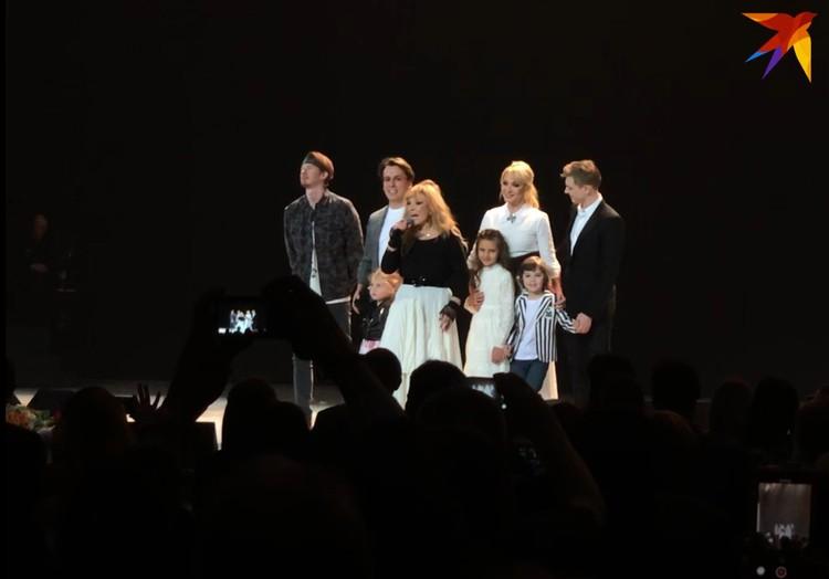 Алла Пугачева с семьей на сцене