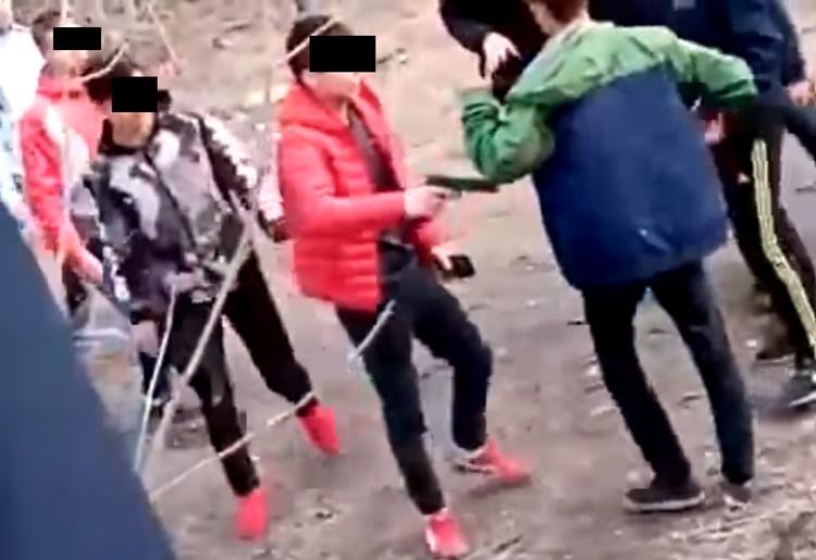 Откуда у школьника взялся пистолет, еще предстоит выяснить правоохранительным органам. Скриншот видео