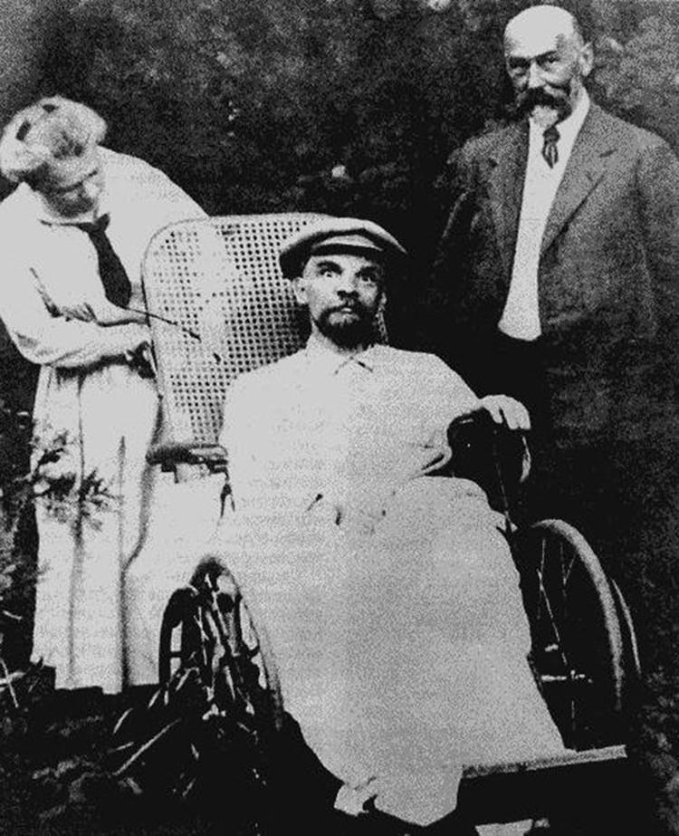 Слева — Мария Ульянова, сестра Ленина. Справа — доктор Федор Гетье. Горки, 1923