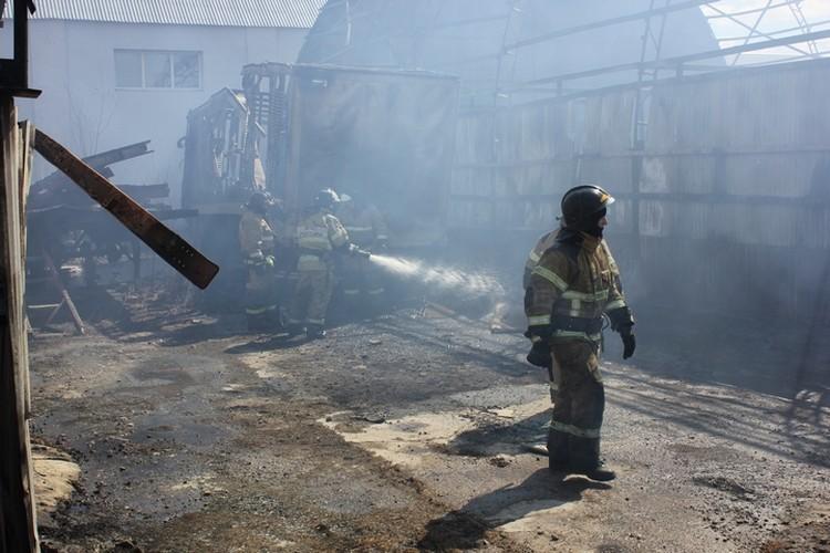 На тушение огня пожарным потребовалось около часа