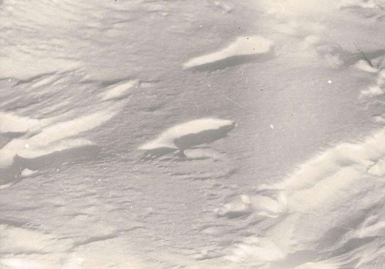 Эти следы были обнаружены поисковиками спустя почти месяц после гибели группы. Непонятно, как они сохранились на продуваемом ветрами склоне. Фото: Фонд памяти группы Дятлова