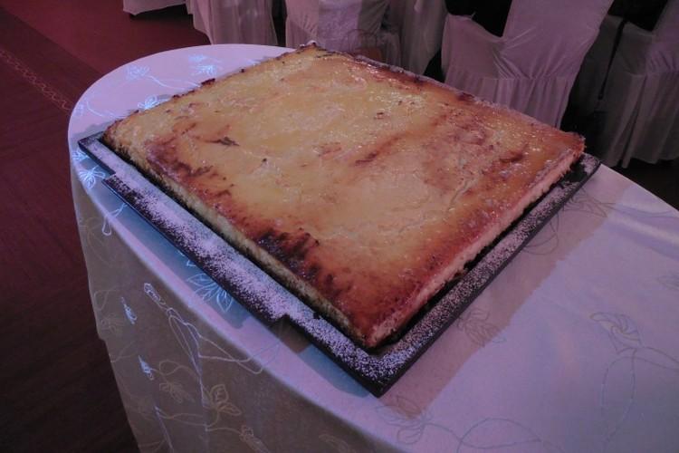 Знаменитый пирог с запеченным внутри серебряным бобом.