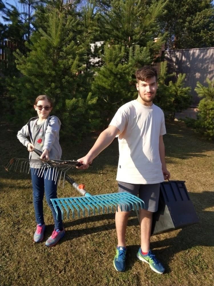 На традиционную весеннюю уборку выходят всей семьей.