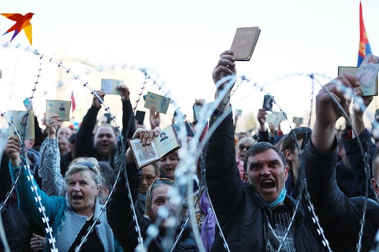 Первые выборы президента и парламента после майдана проходили в обстановке беспорядка и хаоса. Тогда можно было списать недопуск граждан Украины в Крыму и на Донбассе к голосованию на этот бедлам
