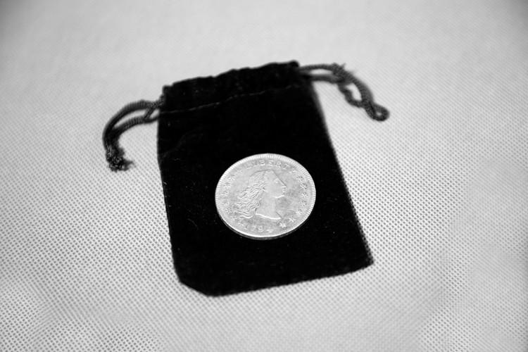 """Монета главного героя фильма """"Миллиард"""", которую он держит в руках на протяжении всей картины"""
