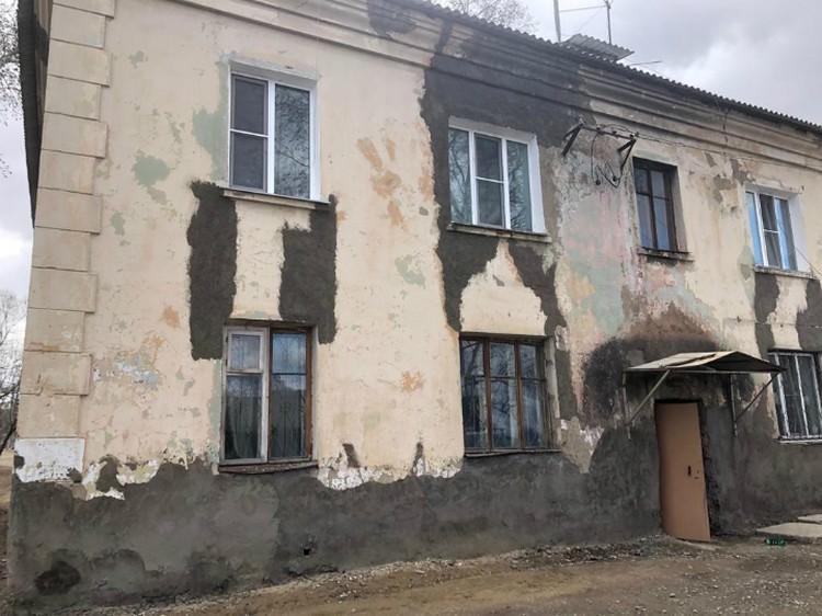 Трещины, как говорят жильцы, наспех заделывают цементом