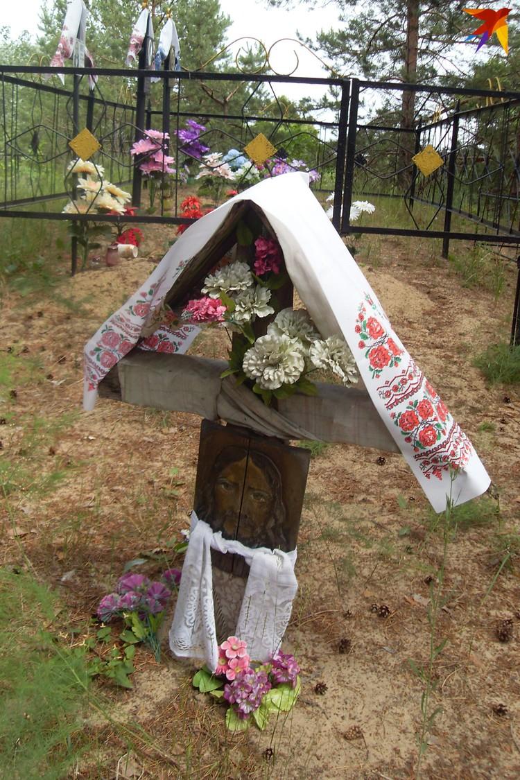 Уникальные захоронения есть в Наровлянском районе Гомельщины. Обратите внимания на форму креста, его украшение и лик Христа на вертикальной перекладине. Фото: Татьяна КУХАРОНАК