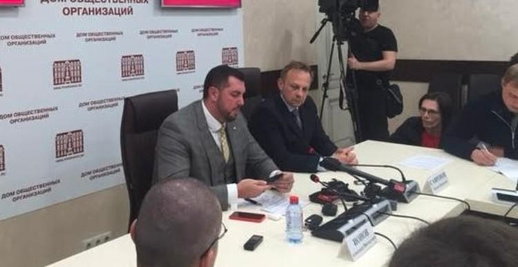 Александр Ионов зачитывает Марии Бутиной вопросы журналистов.