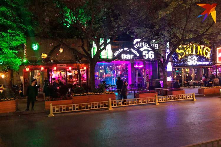 Развеселая улица Санлитунь. Много баров, туристов и городских пройдох. Фото: Алексей Иванов