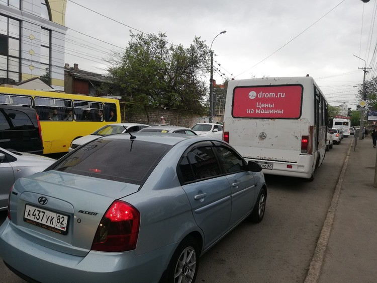 Симферопольцы не понимают, почему движение не ограничили с 10.00, чтобы люди могли спокойно доехать до работы.