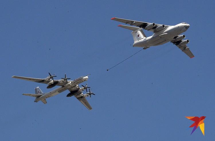 Ил-78 демонстрирует вариант заправки в воздухе.