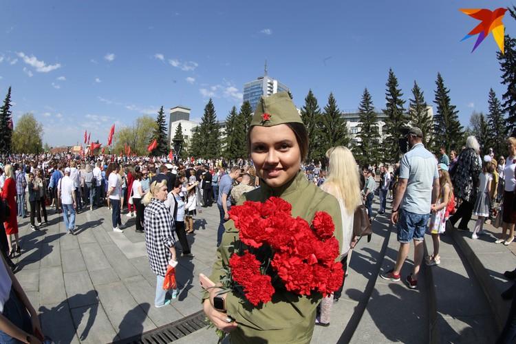В центре Челябинска сотни людей в форме военных лет.