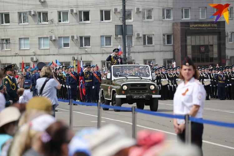 Военные готовятся промаршировать перед трибунами.