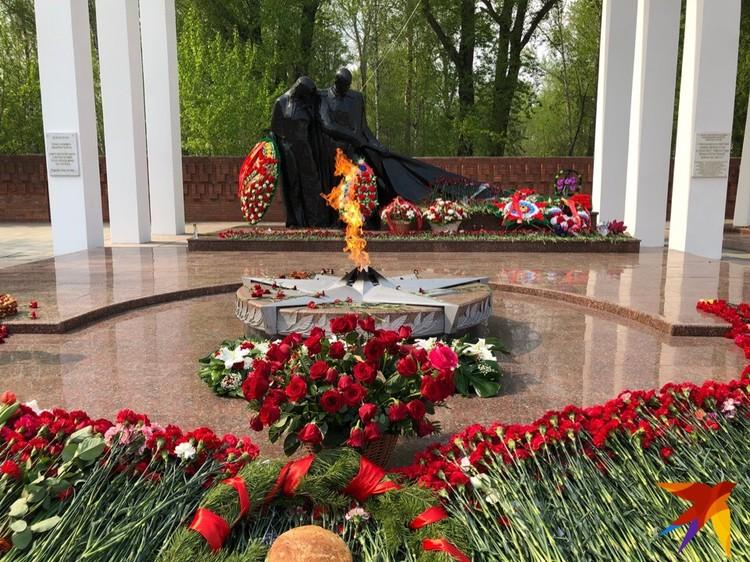 Тюменцы возложили цветы к Вечному огню