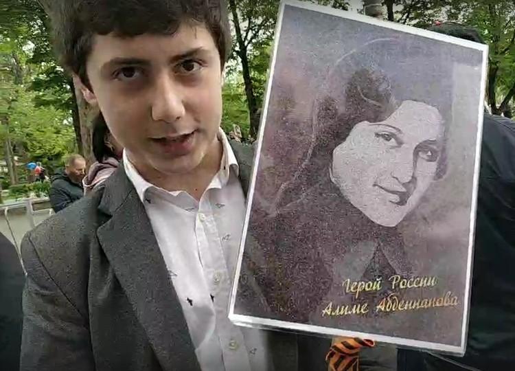 На штендере Герой России Алиме Абденнанова
