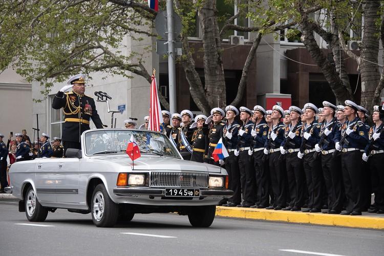 Командующий ЧФ принимает парад