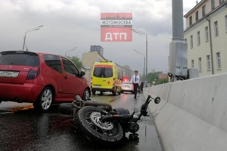 Журналист ехал на мотоцикле на Николоямской улице, внезапно «байк» занесло