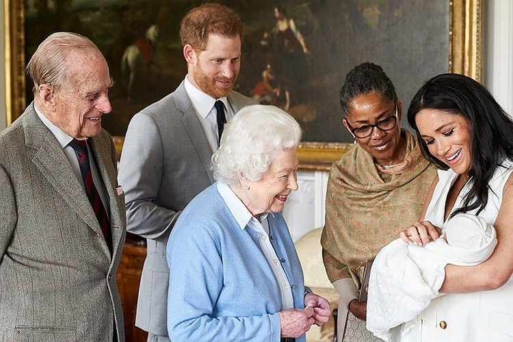 Через два дня после рождения сына Гарри и Меган Маркл показали малыша прабабушке Елизавете II