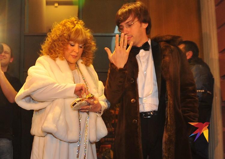 В 2011 году АБ и Максим поженились. Жених подарил невесте ювелирный сет из бриллиантов и сапфиров.