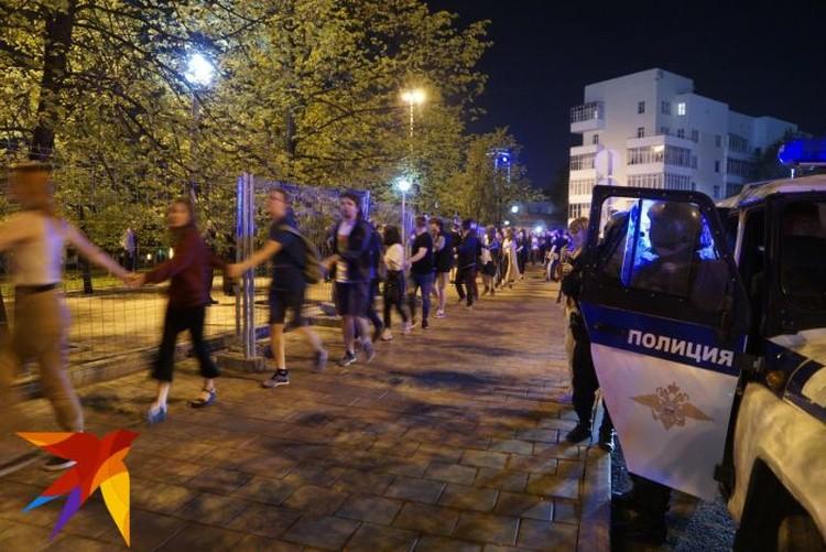 Защитники сквера несколько раз за ночь брались за руки и устраивали хороводы вокруг забора.
