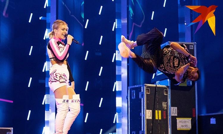 Этот сценический наряд сильно «порезал» ее фигуру, визуально сделал ее ниже и массивнее. Фото: eurovision.tv