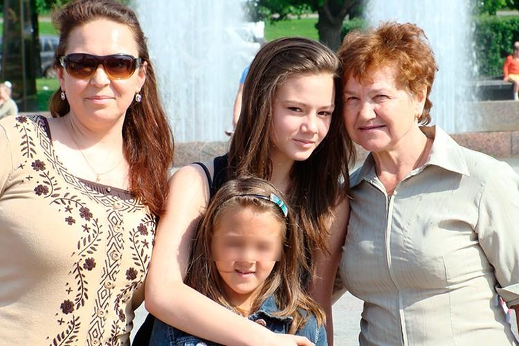 Родственники отказываются говорить о своей звездной дочери.