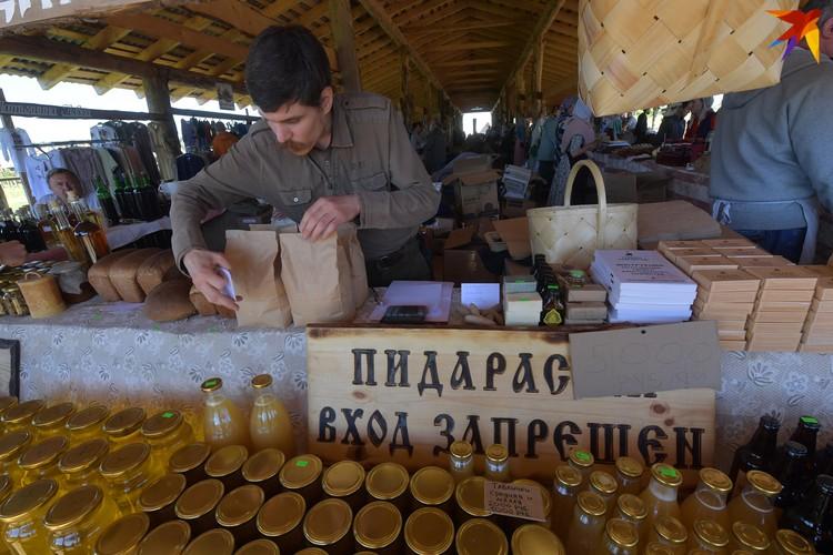 Таблички тоже продаются - по 1000 рублей за штуку