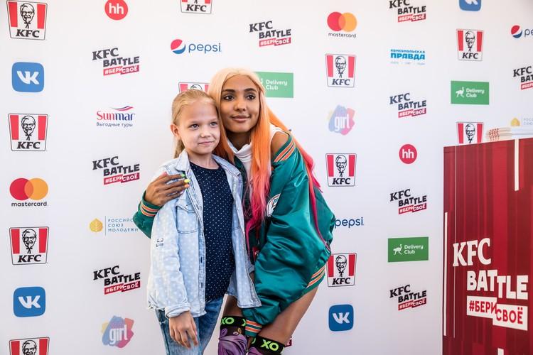 Популярный блогер Мари Сенн пообщалась с поклонниками на KFC BATTLE FEST в Саратове Фото: пресс-служба KFC BATTLE